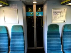 電車は広々として快適でした