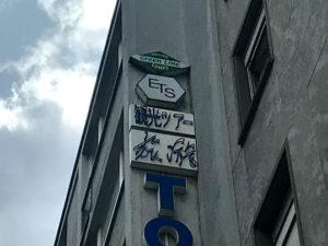看板には「観光ツアー」の文字が