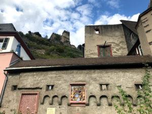 停泊ポイントの村の古城