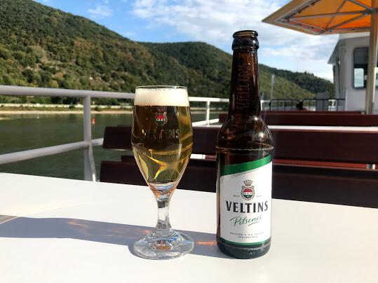 美味しいビールと美しいライン川の景色