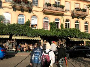 歴史あるホテルの隣のレストラン