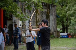 吉拉米代一起哈拉基地で弓矢の練習