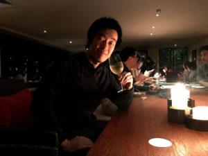 太魯閣晶英酒店の無料バーラウンジで白ワインを楽しむわたし