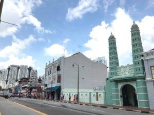 シンガポールではヒンドゥー教寺院やイスラム教のモスクをよく目にする