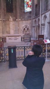 大聖堂で神に祈りを捧げる私