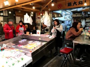 鮮魚屋さんでは刺身を食べることもできる