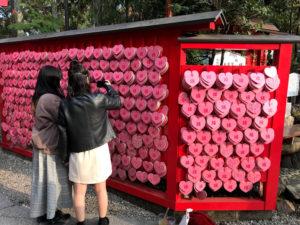 針綱神社の写真スポット②:ハート形の絵馬