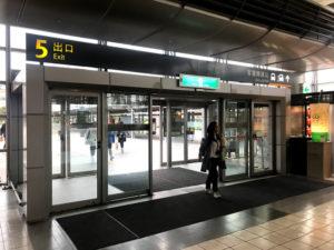 高鉄桃園駅の5番出口そばにバス乗り場がある