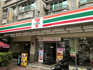 台湾のセブンイレブンでコーヒー休憩