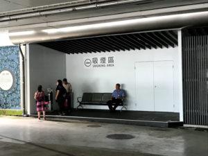 国際線ターミナルと国内線ターミナルの間の1階スペースの喫煙所