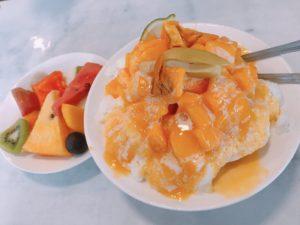カットフルーツとマンゴーかき氷を注文したよ!