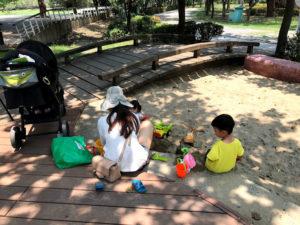 親と子が楽しく遊んでる