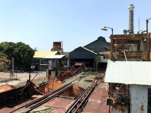 製糖工場の建物。廃墟になっている。