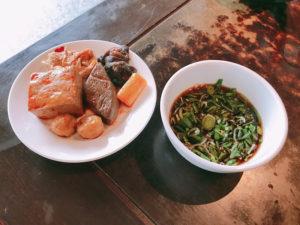 麻辣火鍋は黒酢ソースにつけて食べる
