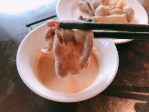 酸菜白肉鍋は豆乳醬につけて食べる