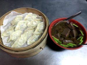 蒸餃と豬血湯