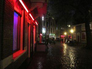 アムステルダムの飾り窓。本当にこんな感じの雰囲気だった。