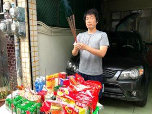 台湾人化した私。写真は嫁の実家で神様にお供え物してるところ。