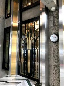 ブルースカイホテルの入口