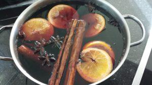 欧米では八角をレモンやシナモンと一緒に赤ワインで煮込む