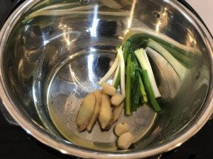 油をひき、青ネギとしょうがとニンニクを炒める
